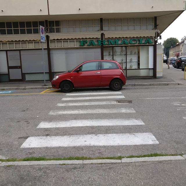 #Gallarate via Arconti angolo via cedro ma la #poliziamunicipale la #poliziastradale i #carabinieri la #poliziapostale la #guardiadifinanza il #sindaco non passano mai di qui?