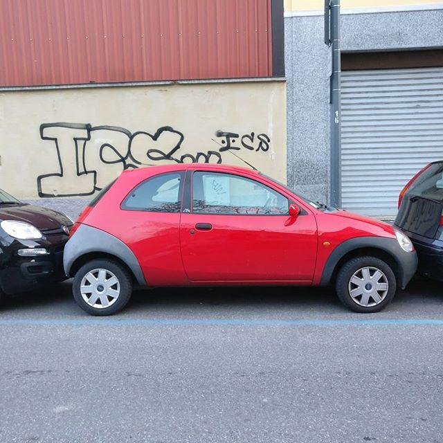 Distanza dalla macchina anteriore 0.0Distanza dalla macchina posteriore -0.9 (ha spinto, l'ho visto)Ora ditemi, quanta intelligenza ci vuole per chiudere una macchina così?#milaneseimbruttito #perchèiosonoioevoinonsieteuncazzo #parcheggimilanesi #Milano #parking