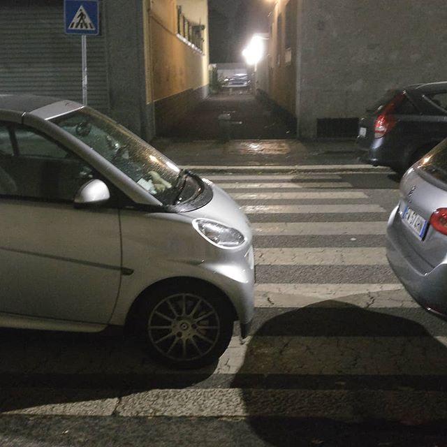 Il bello della #smart è che puoi parcheggiarla ovunque#parcheggiosullestrisce #parcheggimilanesi #perchèiosonoioevoinonsieteuncazzo #milaneseimbruttito #milano @cittadimilano