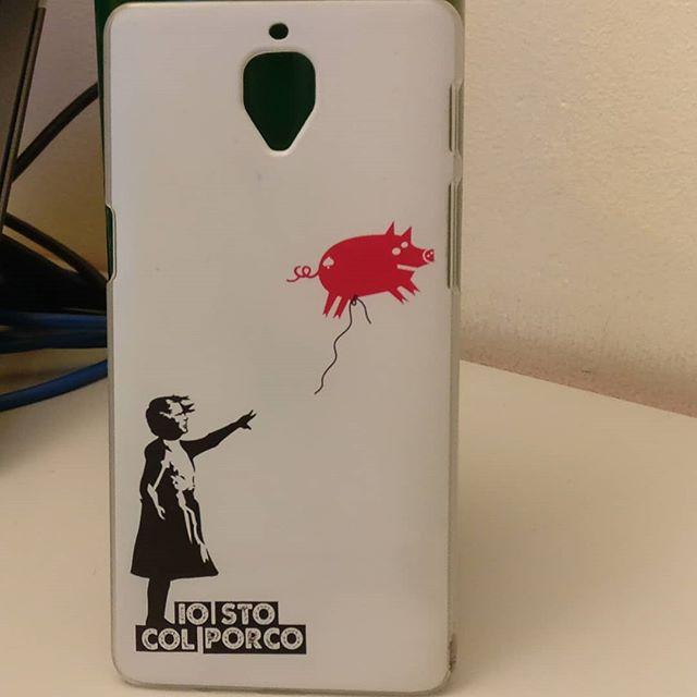 Ho cambiato la cover al cellulare, questa era troppo di moda.Ora la affetto e la vendo a 6 dollari#girlwithballoon #banksy #cover #Phone #iostocolporco #iscp #arts #art #arte