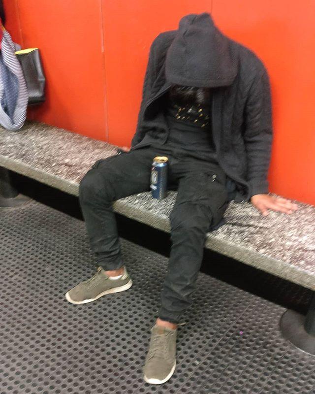 """L'alcol scorre potente in lui.Ad un primo sguardo il pensiero che mi passa nella testa è """"questo qui è duro da radere!"""". Sono le 18 di un sabato pomeriggio in metropolitana, una lattina di birra davanti ad alta gradazione alcolica e quasi certamente non è l'unica cosa che ha bevuto.Nei cinque minuti di attesa del mio #treno non si è mosso di un millimetro.La cosa sarebbe finita qui, con un'occhiata superficiale se anni fa non avessi cominciato a fare vari corsi di teatro a @beatscuoladarte.Da un po' infatti, qualsiasi scena io veda, mi viene da chiedermi cosa ci sia dietro, che cosa ha portato quest'uomo qui, in questo momento ed in questa situazione.Ed immagino storie.Le prime ipotesi sono semplici: - Una vita di merda.- L'alcolismo (che non sempre è collegato ad una vita di merda).- Un autolesionismo distruttivo.- Un'infelicità guaribile solo con l'oblio.- un abbandono che non è riuscito a metabolizzare.- un lutto di quelli che ti spezzano in due.Ma non tutto è sempre negativo esistono miliardi di ipotesi tra cui anche: - Un sabato sera con gli amici con cui si è devastato durato un po' troppo, il tutto ricordando i vecchi tempi.- Una botta di sonno e qualcuno che per fare l'asino gli ha appoggiato una lattina vuota tra le gambe.- Una performance teatrale per vedere fino a che punto arriva l'indifferenza della gente.- una gara di bevute persa.- un sonnellino modello giapponese di 10 minuti e via come nuovo!E sono solo le prime idee che mi sono passate in testa.C'è tanto in tutto quello che vediamo e non è detto che il primo pensiero sia quello giusto... #levitedeglialtri#stories#storieinmetro #linearossa#storieinfinite #infinitepossibilities #milan #Milano #metro #milanofashionweek #beer #birra #teatro #feelthebeat #beat"""