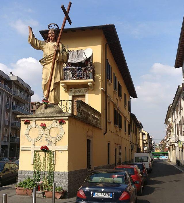 Sapessi com'è strano trovare #gesù #cristo con la #croce alto 6 metri sopra un palazzo senza una #mano a #milano #milan #statua #quellochenontiaspetti #why #religion #salute