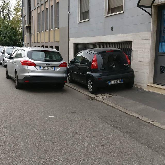 Ok, c'è il #lavaggiostrade, una antica usanza che fa sì che il #milanese parcheggi sul marciapiede... Di solito però lo fa dove il marciapiede è largo... Qui i pedoni riescono a passare solo se camminano sopra alla macchina...#parcheggiosulmarciapiede #milaneseimbruttito #percheiosoioevoinonsieteuncazzo #Milano #Milan #lavaggio #strade #amilanopuoi