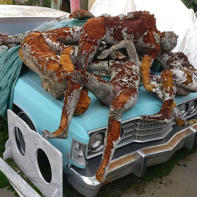 #corpi #buttati su #mezza #macchina #americana#death #morte #cadillac #sofferenza #signofthetimes #si #